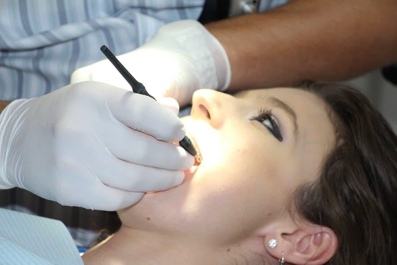 Piaskowanie zębów – wskazania, przebieg, cena