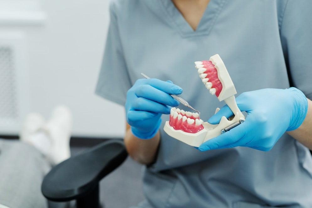 Czym zajmuje się protetyka stomatologiczna?